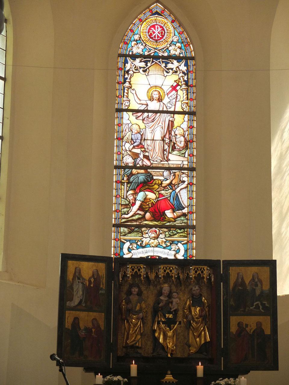Altar und Bleiglasfenster der Kirche Lumpzig