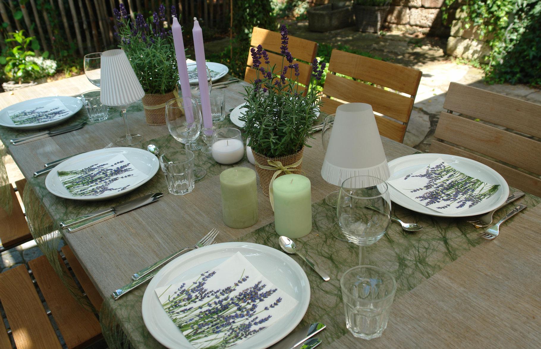 tischdeko mit lavendel stilvolle tischdeko sets. Black Bedroom Furniture Sets. Home Design Ideas