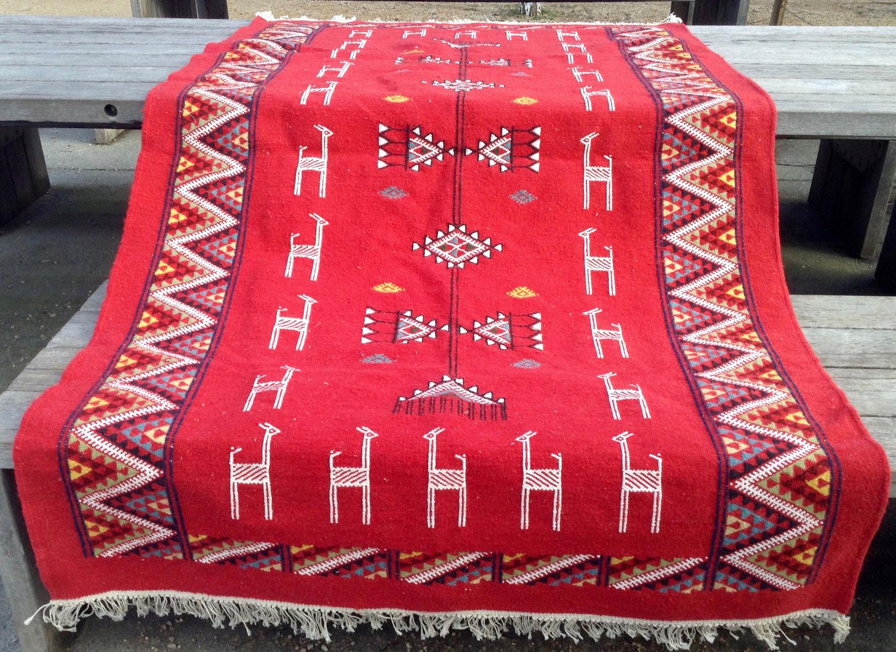 tapis berbere sur mesure rouge adgart. Black Bedroom Furniture Sets. Home Design Ideas