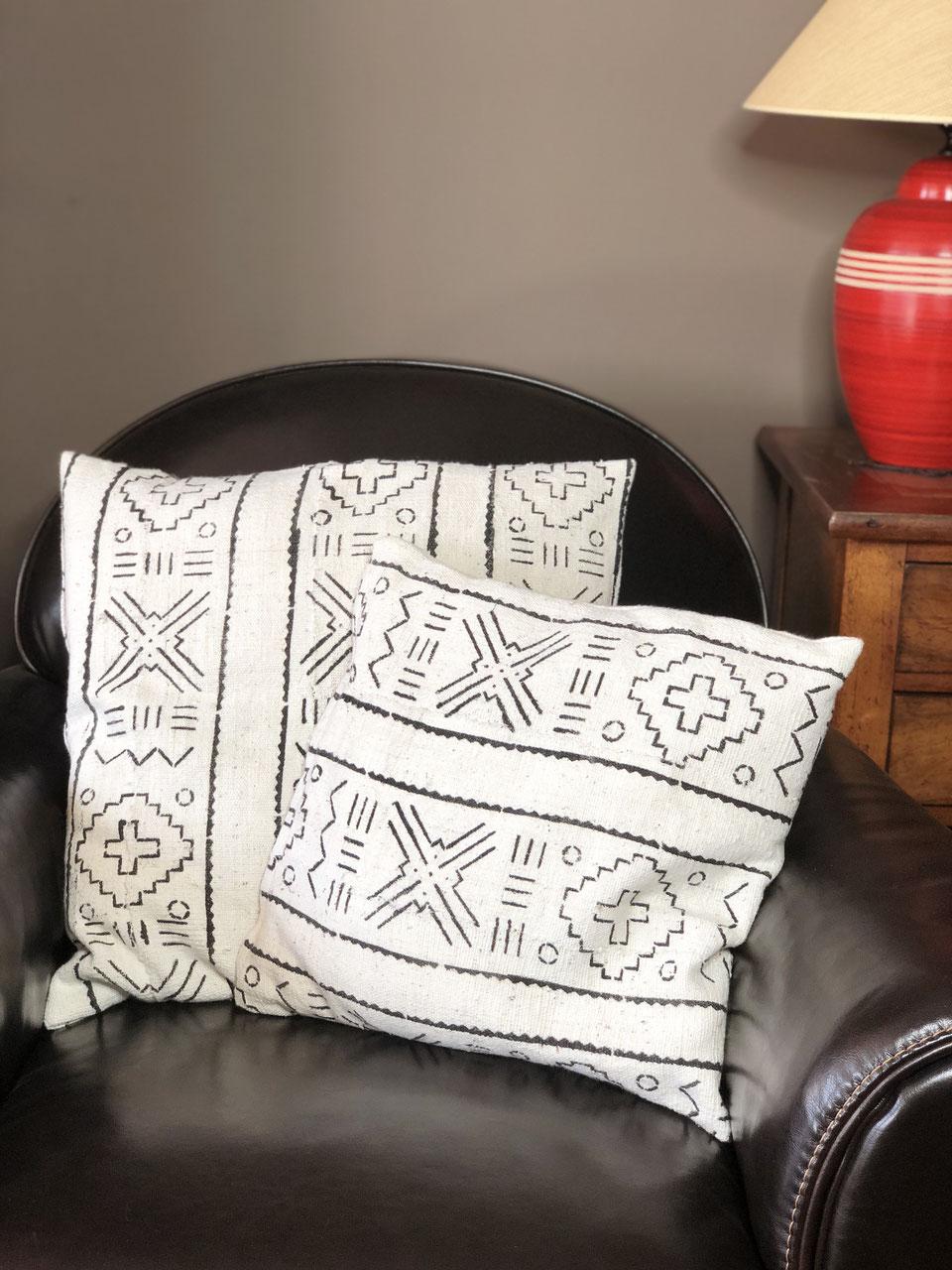housse de coussin en bogolan blanc et noir en toute. Black Bedroom Furniture Sets. Home Design Ideas