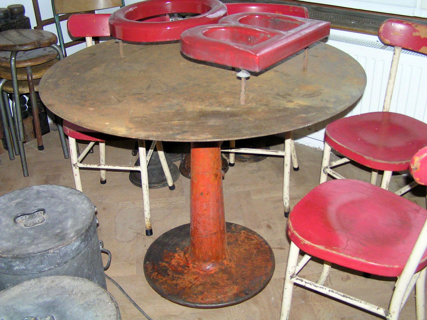 Wir verkaufen alte tische tresen ladeneinrichtungen for Esszimmertisch industriedesign