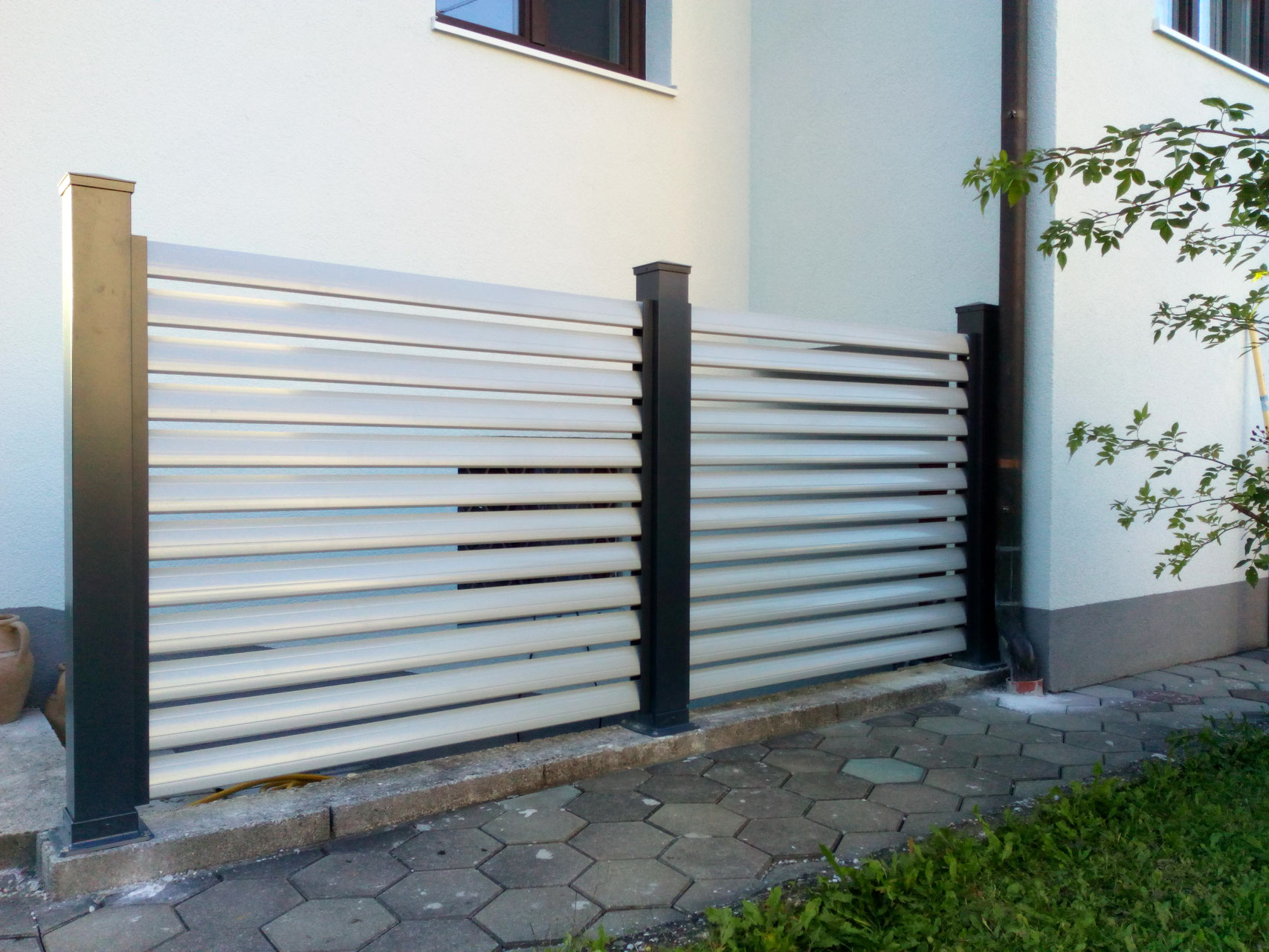 aluminium zaun sichtschutz. Black Bedroom Furniture Sets. Home Design Ideas