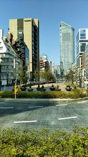 左が吉樹ビル、環2通り、虎ノ門ヒルズ方面