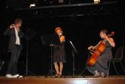 auf der Bühne im Trio