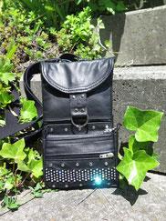 nateltasche aus schwarzem Leder mit strassband