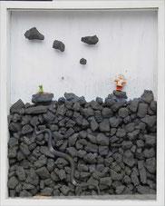 Schöne Aussichten, 2010, Kohle, Fundstücke, Papier, 70 x 56 x 9 cm