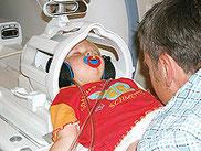 Für Kinder besonders wichtig: Mama oder Papa sind bei der Untersuchung dabei.