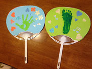 お子様の手形または足型をとってうちわを作ります!