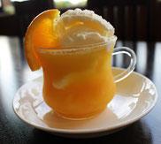 マンゴ味の氷粒の入ったオレンジジュースとアイス