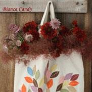 カッパーレッドのお花をカゴバックに飾って