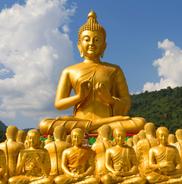 Goldene Buddhas, meditierend, eine sehr große und kleinere Buddha Figuren