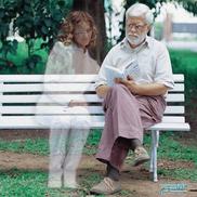 Ist ein Spiritist dasselbe wie ein Medium?, Mann sitzt auf einer weißen Bank im Park, ein Geistwesen sitzt dabneben,