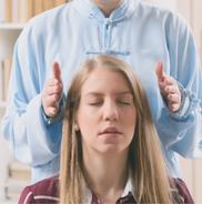Geistheilung, Energiearbeit an einer blonden Frau
