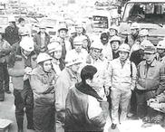 震災による復興作業の激励に訪れた松林理事長と、現場で指揮を執る山上副理事長