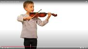Pascal zeigt die Geige