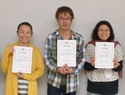(左から)吉澤さん、高松さん、庄山さんに修了証が手渡された=28日、離島振興総合センター