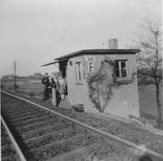 Bahnwärterhäuschen zwischen den beiden Schranken, erbaut 1928 (Foto: 1950er Jahre)