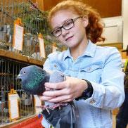 Lisa Beyer mit einer ihrer Tauben. Foto: Andreas Bauer
