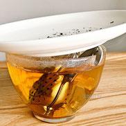 さるの両腕が邪魔をしてお皿とカップに隙間できます