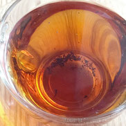 細かい茶葉はティーストレーナーの目を通り抜けてしまいます