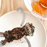茶殻チェック。さるのティーストレーナーの鼻のところまでで茶葉がパンパンに