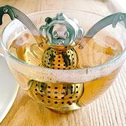 紅茶を入れているのに、さるがお風呂に入っているように見えてしまうところがおもしろい