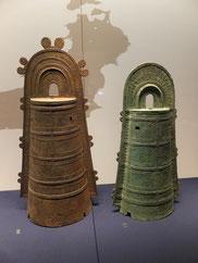 銅鐸の変遷-近畿式銅鐸(左:大阪府西浦遺跡)と三遠式銅鐸(右:静岡県西の谷遺跡)