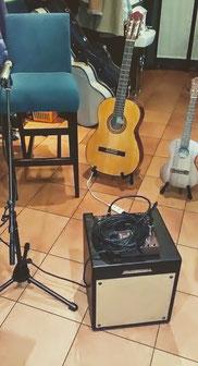 40名ほど入れるスペース、ギターとウクレレはマイクとアコギアンプで