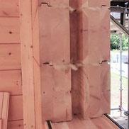 Dicke Lamellenbalken mit Nut für das aussteifende T-Holz