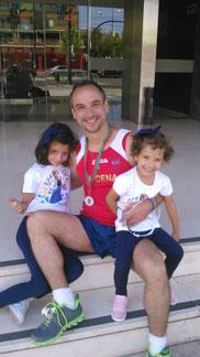 Abelardo Sánchez, junto a sus dos hijos, al final de la prueba.