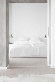 Une chambre blanche au design minimaliste.