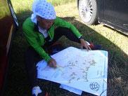 スタート2.5時間前に配布された地図を見ながら24時間どうポイントを取り回るかを考える村越