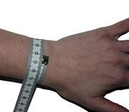 Auf unserer Abbildung beträgt der Umfang des Handgelenks 14cm.