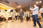 東京駅エキナカを視察するコトラー教