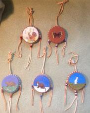 Talisman- verschiedene Tiermotive, in Form einer doppelt bespannten Trommel, Lederbezug, handbemalt mit Akrylfarben, ähnlich Traumfänger
