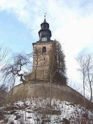 Die Kirche St. Johannis steht auf einem Felshügel über dem Maintal
