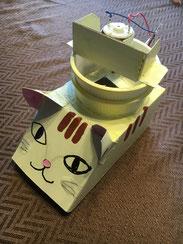 夏休みの宿題にネコちゃん型で作りました。 モーターと電池ボックスのみ購入し、後は家にあるものででき、実用性もあり、大満足です。 ゴミ捨て直前のお菓子箱を使った為、折り跡があり、吸い口が若干大きくなってしまい、吸引力が少し弱いですが、ご愛嬌。