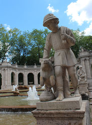 Hans im Glück, steinerne Skulptur im Märchenbrunnen. Foto: Helga Karl