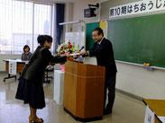 卒塾式で市長から修了証書授与