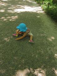 あまりの気持ち良さに参道で遊びだしてしまううちの娘。