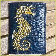 Mittelgroßer Geldbeutel aus pflanzlich gegerbtem Leder, handpunziert mit Seepferdchen Gelb auf Blau.