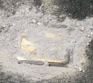 Stolperstein unter Sand
