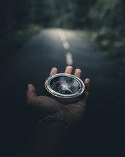 Kompass, das Mindset zeigt dir den richtigen Weg zu deinen Zielen.
