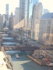 シカゴは意外と水の街。手前の跳ね橋は電車の鉄橋。橋が跳ね上がっている間は電車もストップ。気長に待つのみ。