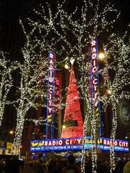 クリスマスのショーで有名なラジオ・シティ・ホールのイルミネーション