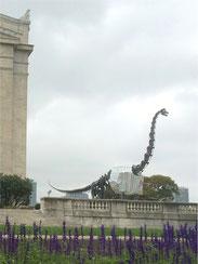 フィールド博物館前の恐竜はシカゴ・カブスのユニフォーム着用。