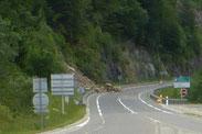 Zoom sur l'éboulement, encore du lourd sur la route : la Montagne ne fait pas semblant!