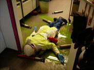 In einem Chemielabor ist bei einer Explosion ein Mitarbeiter schwer verletzt worden.