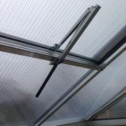 Gewächshausmontage: automatischer Fensteröffner