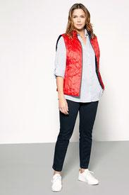 On accompagne le jean d'une chemise et d'une doudoune pour le coté sport (Éléna Miro)